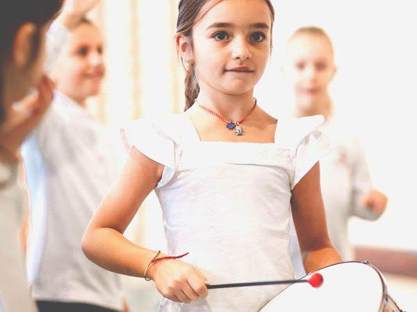 bambina suona il tamburo - Scuola primaria Canossiane Legnago