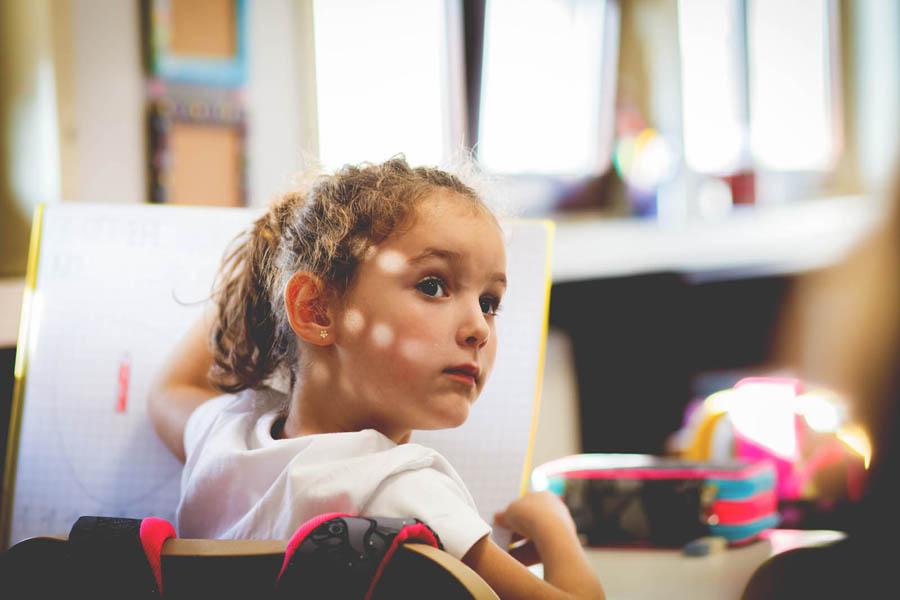bambina in classe prima elementare