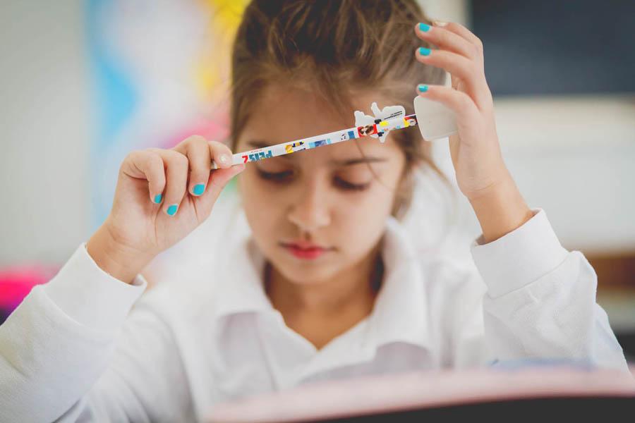 bambina pensierosa a scuola primaria