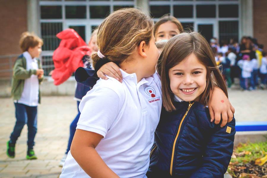 bambini felice a scuola primaria Canossiane Legnago